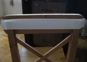 наденьте резинку на стул