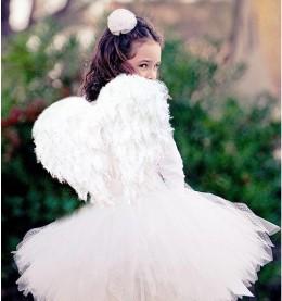 Ангел со спины, оглянулся, на зелено-сером фоне