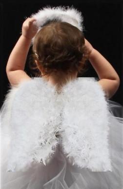 Ангел, вид сзади, пухлыми ручками держит нимб