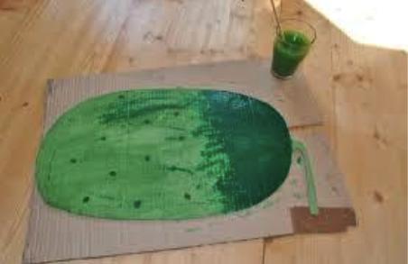 костюм огурца из картона: заготовка разукрашена