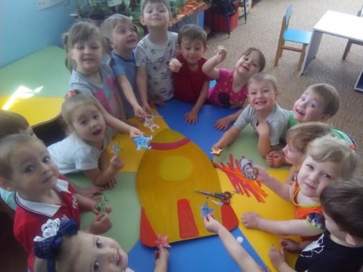 Бумажная ракета в День Космонавтики в детском саду