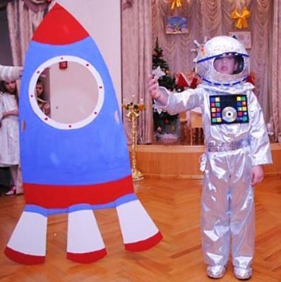 Космонавт с ракетой на День Космонавтики
