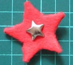 Значек из золотистой звезды на красной звезде