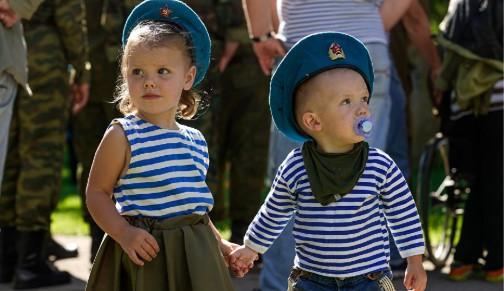 Малыши в костюме десантника