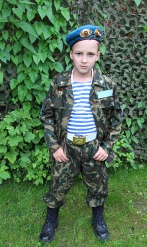 Костюм десантника с кирзовыми ботинками и белым поясом на мальчике