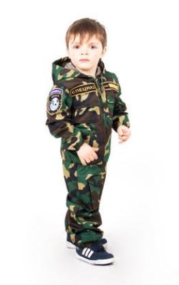 Мальчик в костюме десантника без берета