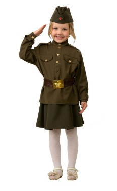 Девочка в солдатской гимнастерке отдает честь и широко улыбается