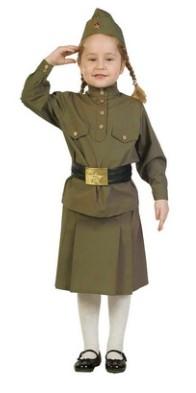 Девочка с косичками в солдатском костюме