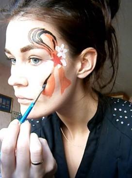 Рисунок Георгиевской ленты на лице у девушки