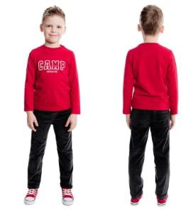 Мальчик в черных штанах и красной кофте лицом и спиной