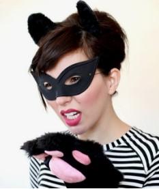 кошка в простой маске, с лапкой