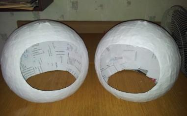 Два округлых шлема космонавта из бумаги
