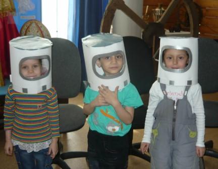 Шлемы космонавтов цилиндрической формы на детях