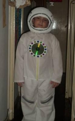 Белый костюм космонавта, украшенный CD-диском на груди на мальчике