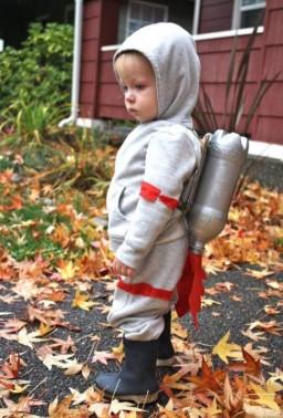 Костюм космонавта из спортивного костюма и красных лент на малыше