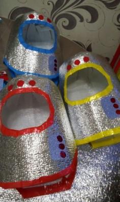 Серебристые шлемы космонавтов с красным, желтым и синим декорированием