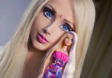 светловолосая девушка с куклой Барби