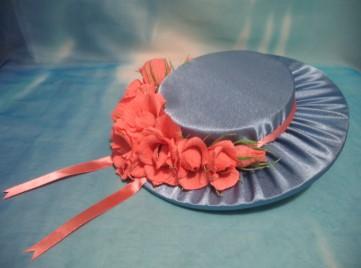 голубая шляпа с розовыми цветами