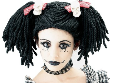 кукла в черном парике и ошейнике с шипами