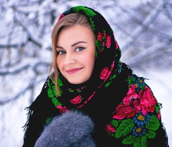 Девушка в варежках и цветастом платке