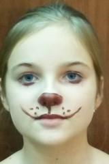 Лицо девочки с коричневым гримом