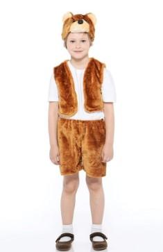 Ребенок в полный рост в жилетке, шортах, сандалиях и шапочке-маске