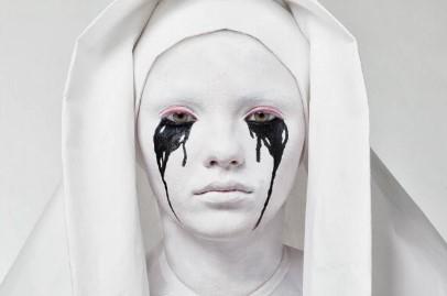 белая монахиня с черными слезами