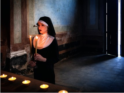 монахиня со свечами