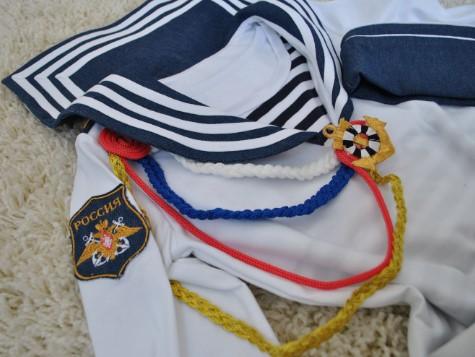 Рубашка моряка с цветными веревочками и нашивкой