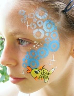 Рисунок желтой рыбки с синими пузырьками на лице