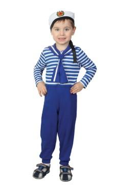 Костюм моряка со значком на белом берете на мальчике в полный рост