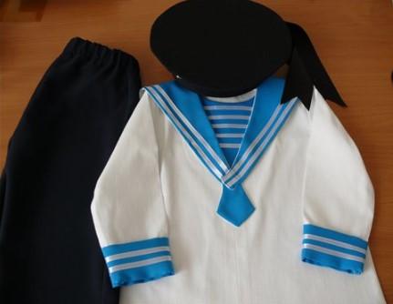 Костюм моряка с черными штанами и черной бескозыркой