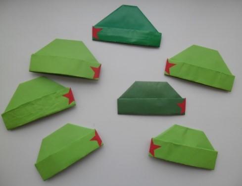 Семь зеленых пилоток из бумаги