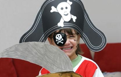 Пират на серо-красном фоне