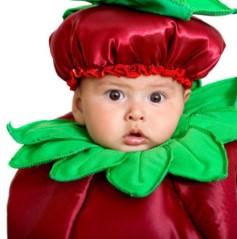 Ребенок в красном берете и с зеленым воротником