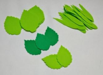 Зеленые листья на сером фоне