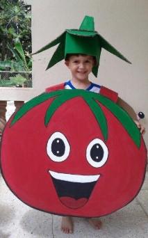 Огромный томат с лицом на стоящем ребенке
