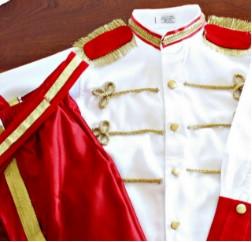 Красные штаны с лампасами и белая рубашка с погонами