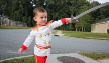 Бело-красный принц с мечом в руке