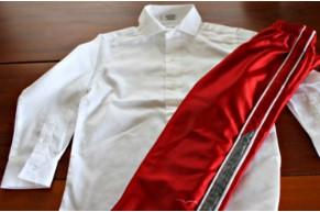 Лежат красные штаны и белая рубашка