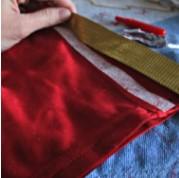 золотую ленту клеят на красные штаны