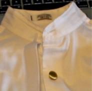 Часть рубашки с одной золотой пуговицей