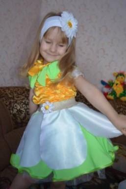 Костюм ромашки с цветком на широкой повязке для головы на девочке
