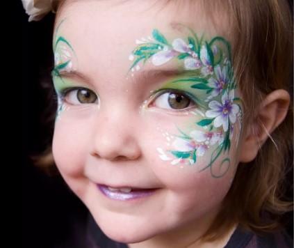 Рисунок веточки цветов на лице