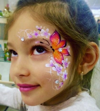 Рисунок бабочки и цветов с вкраплением страз на лице