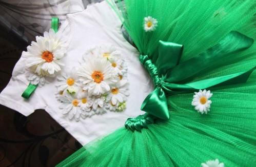 Костюм ромашки из пышной зеленой юбки и белой футболки с цветами