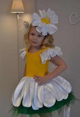 Костюм ромашки с пышными короткими рукавами и шапочкой-цветком на белокурой девочке