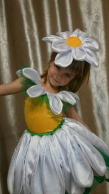 Костюм ромашки спереди с цветком-украшением для головы из ткани на девочке