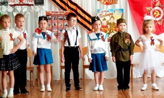 Выступление детей в костюмах военных на 9 мая на утреннике в детском саду