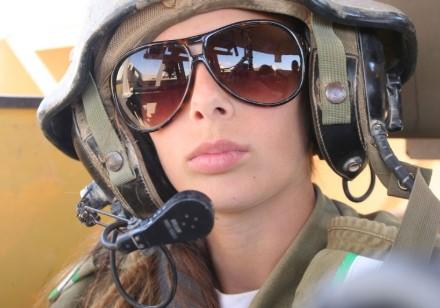 Шлем танкиста с микрофоном на военнослужащем